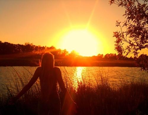 Красивые снимки голой девушки на закате солнца у реки  72618